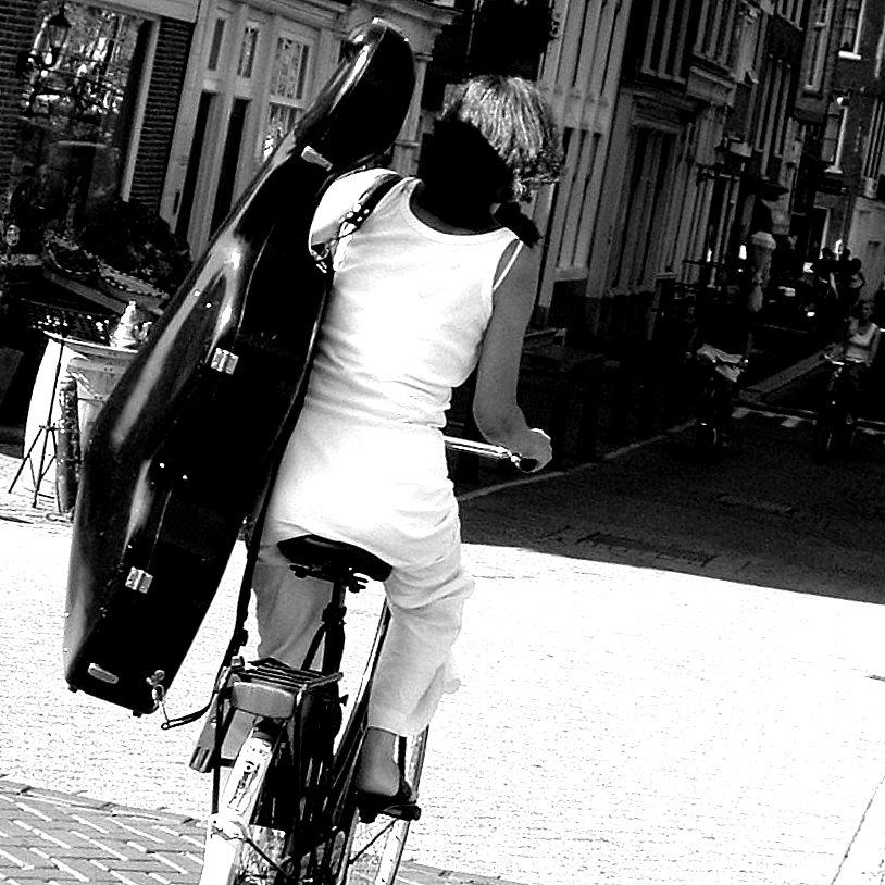 http://jyanes.files.wordpress.com/2009/05/juan-yanes-con-la-musica-a-otro-lado.jpg